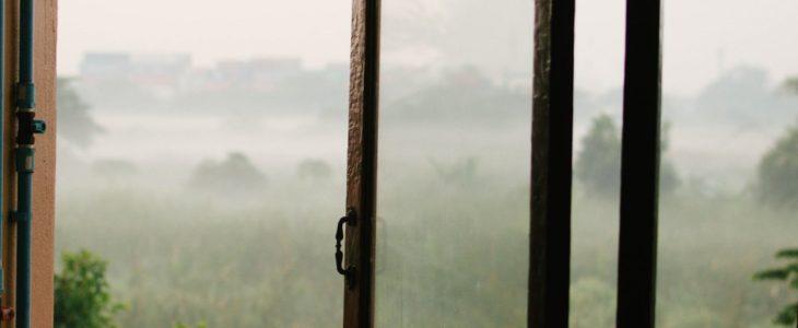 Snygga sidohängda fönster